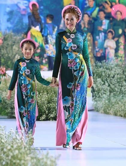Hoa hậu Áo dài - Đàm Lưu Ly - và con gái lần đầu cùng nhau diễn thời trang.