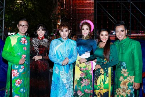 Nhiều bộ sưu tập áo dài của các nhà thiết kế đã được trình diễn tại Lễ khai mạc với sự tham gia của rất nhiều nghệ sĩ, người nổi tiếng. Trong hình, MC Anh Quân, MC Quỳnh Hoa, ca sĩ Nguyên Vũ, diễn viên Kiều Trinh...