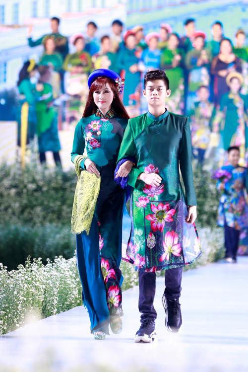 Con trai diễn viên Hiền Mai mặc áo dài gấm phủ the in hoa sen trình diễn cùng mẹ.