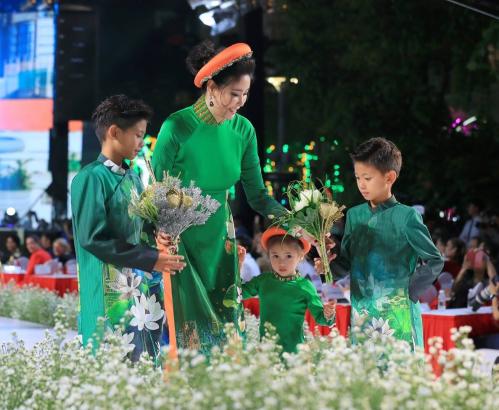 Hoa hậu Hà Kiều Anh cùng các con sải bước trên sàn diễn trong loạt áo dài màu xanh lá.