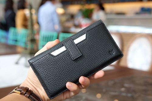 Một chiếc ví da thiết kế để tiền, thẻ kiêm bao đựng điện thoại.