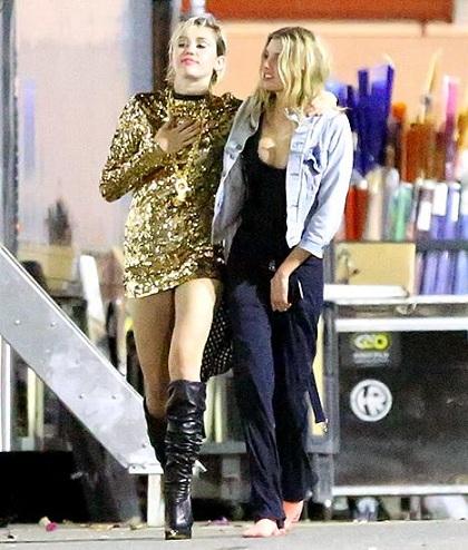 Miley ôm hôn bạn gái vào tháng 6/2015 tại nơi quay MV mới