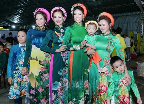 Á hậu Băng Châu cùng con trai catwalk trong Lễ hội áo dài - 6