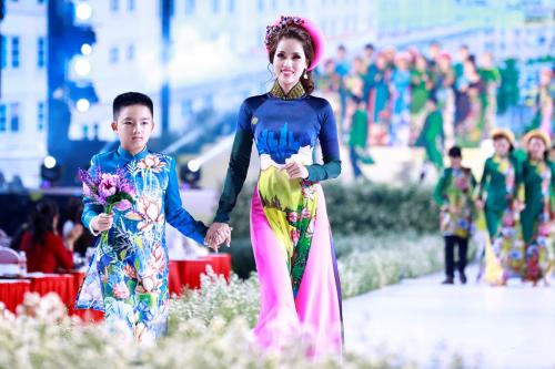 Tối 2/3, Lễ hội Áo dài TP HCM 2019 lần thứ6 đã khai mạc tại phố đi bộ Nguyễn Huệ, chương trình được truyền hình trực tiếp trên HTV9. Là khách mời của sự kiện,Á hậu Băng Châu mặcáo dài cổ truyền, in họa tiếttự tin sải bước cùng con trai.
