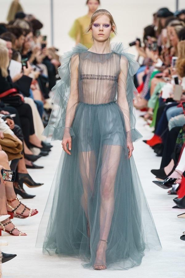 Đầm xuyên thấu Valentino lấy cảm hứng từ tình yêu