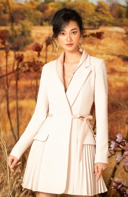 Những thiết kế đầu tiên trong bộ sưu tậpdo người mẫu Quỳnh Anh The Face thể hiện.