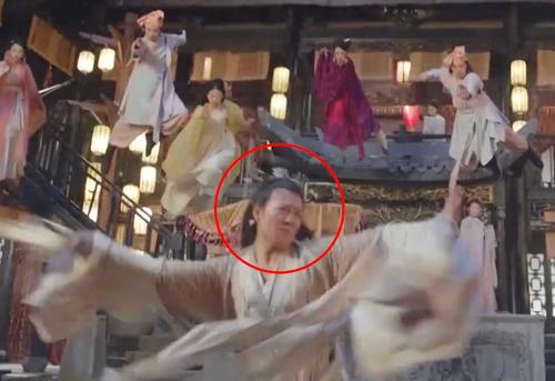 Cảnh Diệt Tuyệt Sư Thái (Châu Hải My đóng) tung võ cũng bị lộ do diễn viên đóng thế thể hiện.