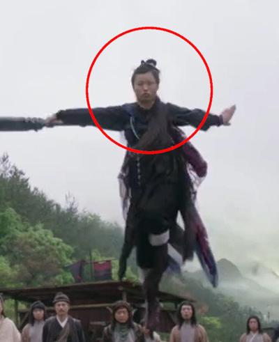 Theo Sina, một diễn viên nam giúp Trần Hân Dư đu dây cáp trong các cảnh bay nhảy.