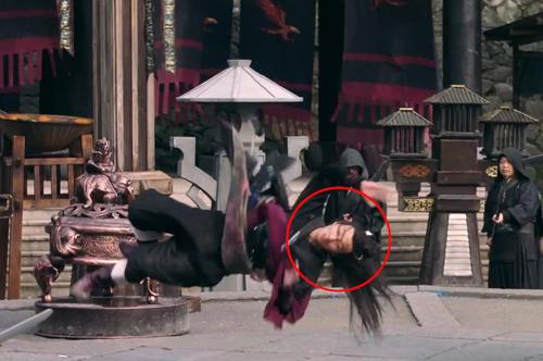 Trần Hân Dư vào vai Ân Tố Tố - cô gái võ nghệ cao cường, xinh đẹp và mưu trí. Trong cảnh Ân Tố Tố cầm Đồ Long đao múa võ, khán giả phát hiện Hân Dư được đóng thế.