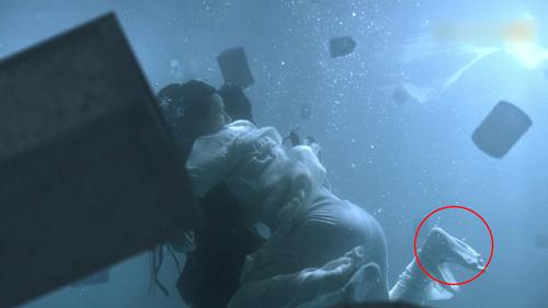 Trương Thúy Sơn lặn dưới biển cứu Ân Tố Tố, giày của chàng bị rớt.