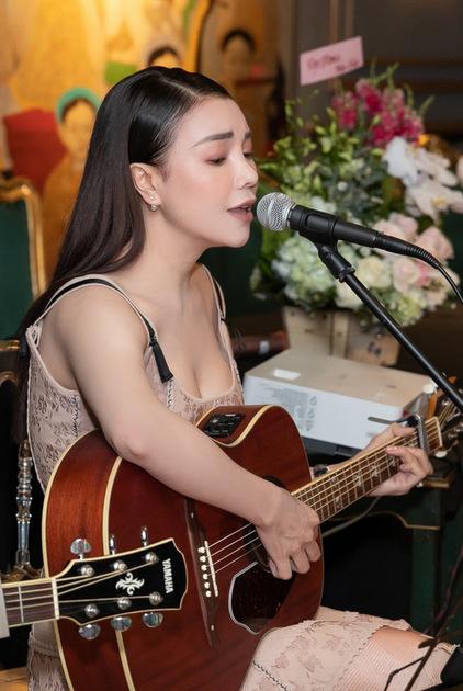 Trà Ngọc Hằng ôm đàn thể hiện ca khúc Bolero.