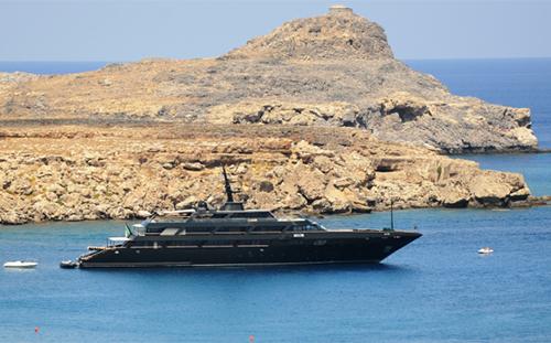 Du thuyền màu đen của nhà thiết kế Armani.