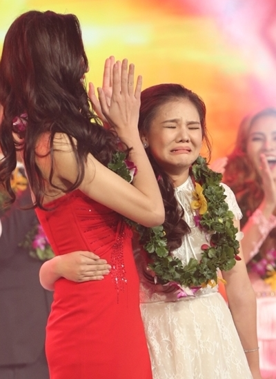 Minh Như òa khóc bên huấn luyện viên Hồ Quỳnh Hương khi đăng quang.