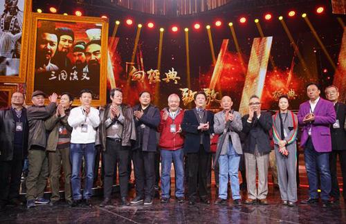 Dàn diễn viên tại buổi ghi hình. Từ trái sang: Hồ Chiến Lợi (vai Mạnh Hoạch),Lý Khánh Tường (Viên Thiệu), Kim Thư Quý (Bàng Thống), Vương Quang Huy (Tào Duệ), Hồng Vũ Trụ (Chu Du), Trần Chi Huy (Liêu Hóa, Thái SửTừ), Vương Hồng Đào (Hoàng Trung), Đường Quốc Cường (Gia Cát Lượng), Ngụy Tông Vạn (Tư Mã Ý), Bào Quốc An (Tào Tháo), Triệu Việt (Tôn Thượng Hương), Dương Phàm (Triệu Vân).