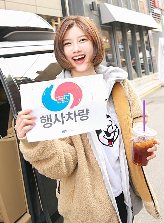 Người đẹp Kim Yoo Jung nhận 'mưa' lời khen khi cắt tóc ngắn