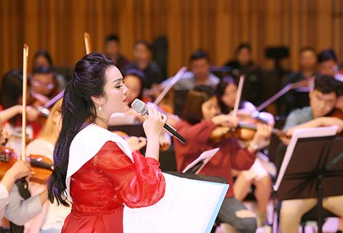 Tân Nhàn tập luyện cùng dàn nhạc giao hưởng.