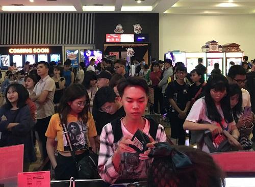 Nhiều khán giả đổ xô mua vécuối tuần qua ở một cụm rạp tại TP HCM.