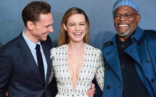Từ trái sang: Tom Hiddleston, Brie Larson và Samuel L. Jackson ở lễ ra mắt Kong: Skull Island tại Anh. Cả ba đều tham gia Vũ trụ Điện ảnh Marvel, trong đó Hiddleston thủ vai Loki.