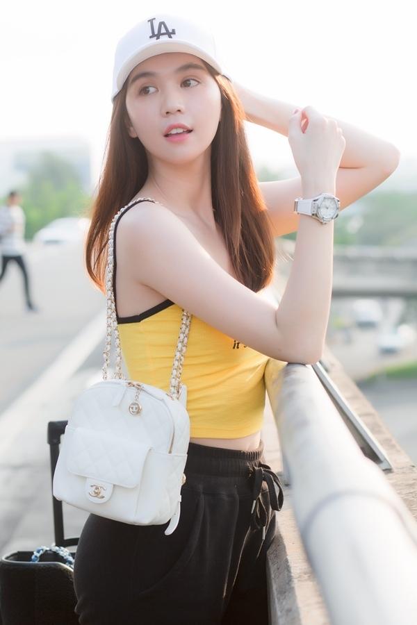 Ngọc Trinh đeo đồng hồ kim cương ra sân bay