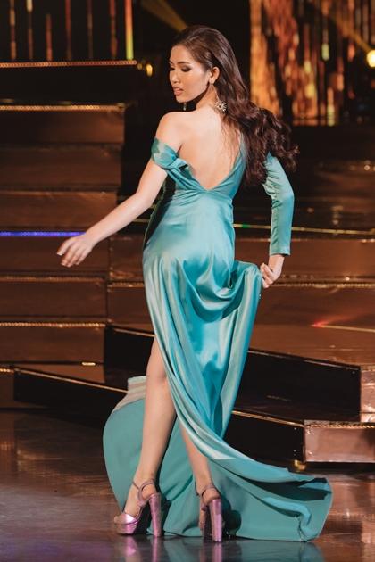 Người đẹp chỉ mang theo ba bộ váy dạ hội cho cả cuộc thi.