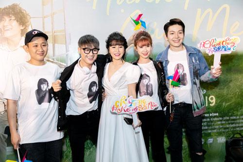 Thanh Duy (thứ 2, từ trái sang) và vợ chồng Khởi My - Kevin Khánh (ngoài cùng bên phải)tới buổi ra mắt phim.