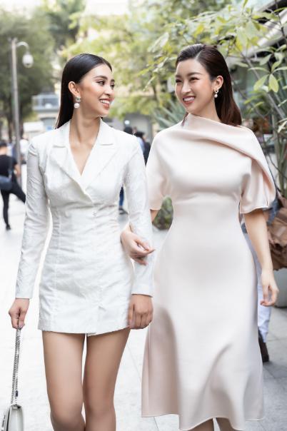 Tiểu Vy diện váy ngắn sánh đôiĐỗ Mỹ Linh. Cả hai có xuất phát điểm là ngôi vị Hoa hậu của cùng cuộc thi nhan sắc nên khá thân thiết, sẵn sàng chia sẻ nhiều điều từ công việc đến gia đình.