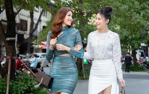 Xuất hiện trên phố, bốn hoa hậu Việt gây chú ý. Minh Tú diện thiết kế cắt cúp của Chung Thanh Phong. Trong khi Phương Khanh chọn váy xẻ đùi lộ chân thon dài.