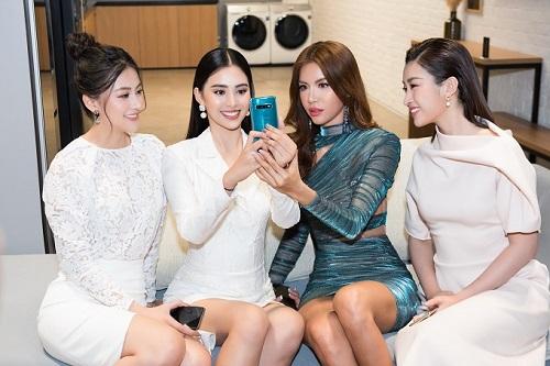 Sau quá trình mua sắm, bốn người đẹp tranh thủ ghé qua một trung tâm công nghệ. Trùng hợp ngay dịp Galaxy S10+ lên kệ, dàn Hoa hậu dành thời gian trải nghiệm sản phẩm.