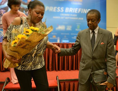 Thomas đỡ tay vợ khi bà xuất hiện tại họp báo sự kiện ở Việt Nam năm 2016.