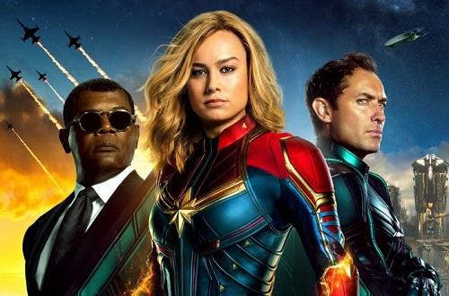 Từ trái sang: Samuel L. Jackson, Brie Larson và Jude Law. Bộ giáp bó sát với hai màu xanh đỏ giúp diện mạo nhân vật chính mạnh mẽ hơn.
