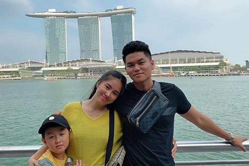 Lê Phương cùng chồng - ca sĩ Trung Kiên - và con trai lớn - bé Cà Pháo - du lịch tại Singapore. Cô đang mang thai bé thứ hai. Vợ chồng diễn viên và hai bên nội ngoại đang mong chờ một bé gái.