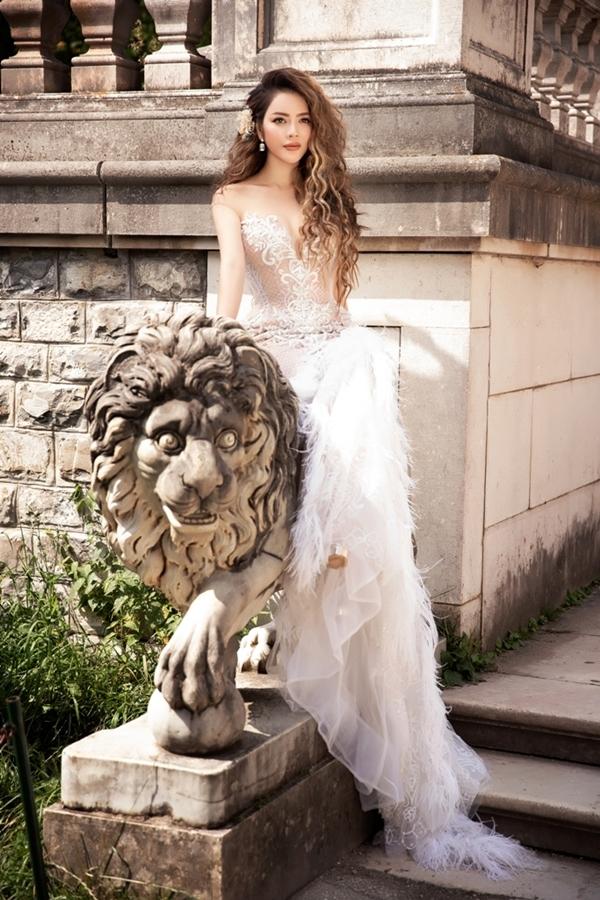 Lý Nhã Kỳ hóa công chúa giữa lâu đài châu Âu