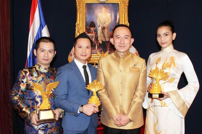 Trương Thị May diện áo dài sen vàng ở Thái Lan