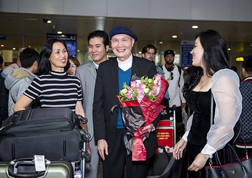 Em gái (trái) và ca sĩ Ngọc Châm (phải) đón nhạc sĩ Vũ Thành An ở sân bay Nội Bài. Ảnh: Như Hoàn.