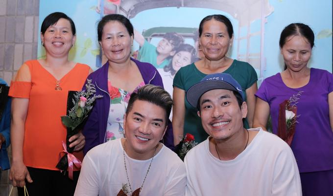 Đàm Vĩnh Hưng mời các bà mẹ nghèo đi ăn nhà hàng