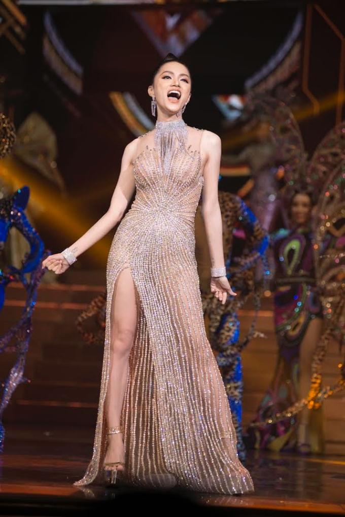 Hương Giang trao vương miện cho Tân Hoa hậu Chuyển giới Quốc tế