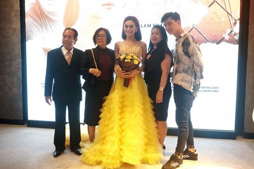 Vợ chồng Lâm Khánh Chi và gia đình hai bên.
