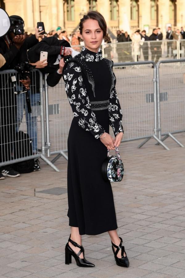 Hoàng hậu Tây Ban Nha đẹp nhất tuần với suit đỏ
