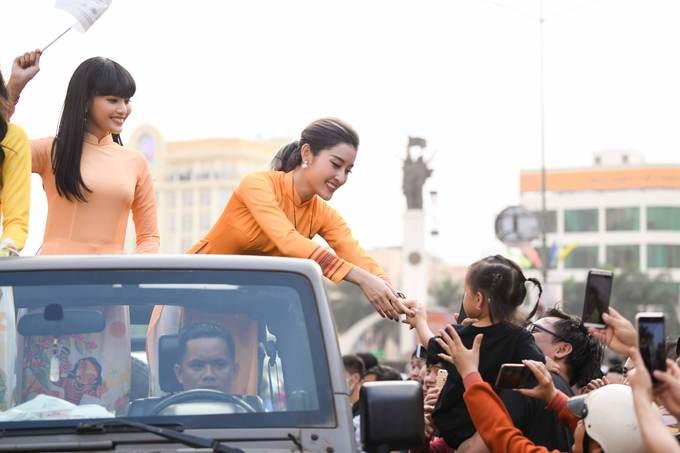 Dàn hoa hậu diễu hành trên đường phố Buôn Ma Thuột