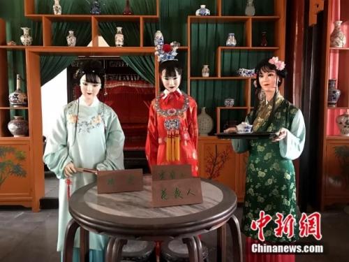 Để tôn vinh tác phẩm, Đại Quan Viên Bắc Kinh - nơi từng quay Hồng Lâu Mộng đã mở phòng trưng bày tượng sáp để giới thiệu các nhân vật trong phim tới người tham quan. Tuy nhiên, điều đáng chú ý là các bức tượng sáp không có được cảm tình của khán giả vì trông quá dữ dằn. Có người nhận xét, các bức tượng như dọa ma, khác xa hình ảnh đẹp trong phim.
