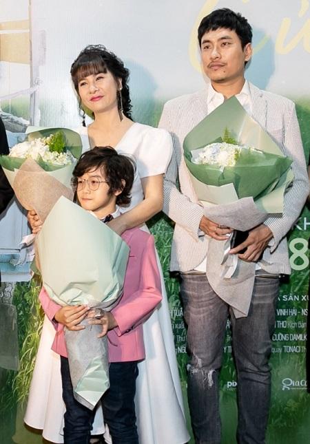 Kiều Minh Tuấn, Cát Phượng và bé Huy Khang ở buổi ra mắt phim.
