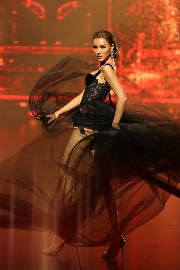 Ngọc Trinh diện váy xẻ sâu làm vedette trên sàn diễn