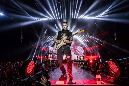 Tour diễn được đầu tư hệ thống âm thanh, ánh sáng hoành tráng.