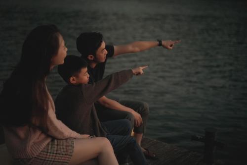 Sau khi bố mẹ ly hôn, Subeo chủ yếu sống cùng bố và mẹ kế Đàm Thu Trang. Khi Hà Hồ không vướng lịch biểu diễn, cô sẽ đón bé về ở cùng mình. Trong ảnh: Subeo đi chơi cùng bố mẹsau Tết Kỷ Hợi ở Đà Lạt. Bé quấn Đàm Thu Trang không kém bố.