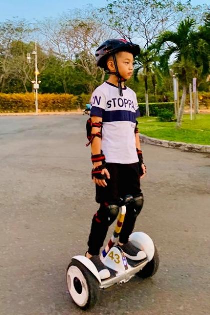 Cậu bé được bố mẹ cho tham gia các môn thể thao từ nhỏ để phát triển cả thể chất lẫn trí tuệ. Trong một cuộc thi bơi tại trường, Subeo đã về nhì và được bố mẹ khoe thành tích trên mạng xã hội.