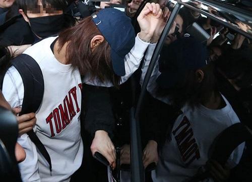 Theo Dispatch, Jung Joon Young đem điện thoại đi sửa nên bị lộ loạt tin nhắn, video sex. Trên phần mền nhắn tin Kakao Talk, Jung Joon Young thường khoe với bạn bè video, ảnh mây mưa của chính mình. Jung Joon Young