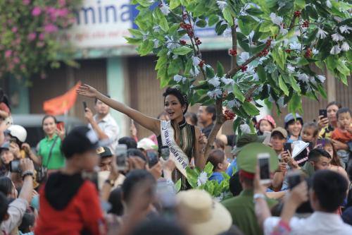 H'Hen Niê thu hút sự chú ý khi có mặt tại Lễ hội Cà phê Buôn Ma Thuột lần thứ 7. Cô vẫy tay, cười rạng rỡ với người hâm mộ. Người đẹp tâm sự: