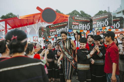 H'Hen Niê diện trang phục dân tộc, được người hâm mộ vây quanh. Tại lễ hội, cô còn đảm nhận vai trò Đại sứ Thiện chí của nhãn hàng café Phố, mang đến nhiều hoạt động thú vị cho khách tham quan.