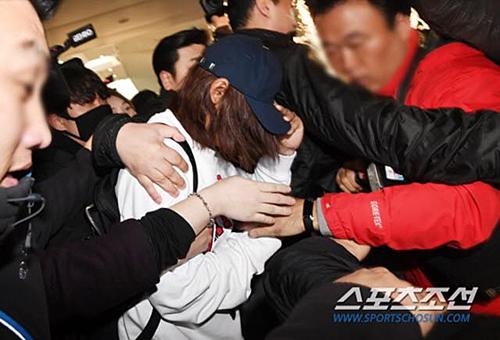 Ca sĩ quay lén video sex bị đánh, giật tóc ở sân bay Hàn - 6