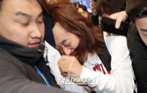 Hình ảnh Jung Joon Young tỏ ra đau đớn vì bị giật tóc, vứt mũ... gây phản ứng trái chiều trên các diễn đàn.